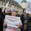 Vor dem Gerichtsgebäude formieren sich Sympathie-Kundgebungen für den Whistleblower Antoine Deltour.