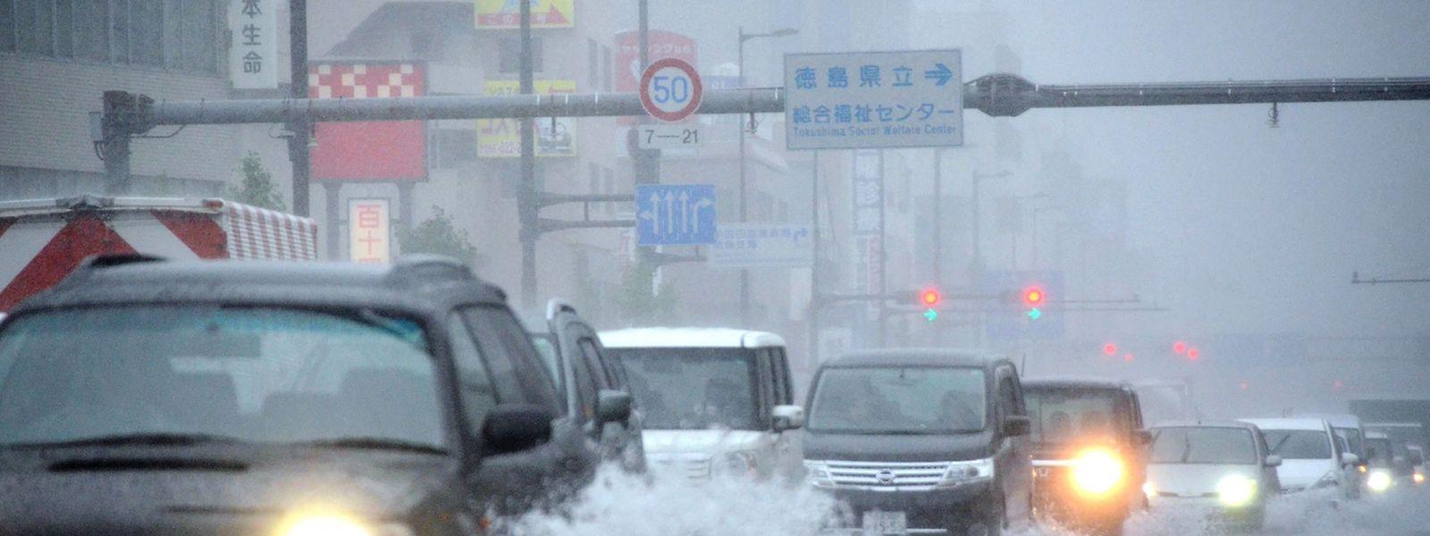 """Taifun """"Malaka"""" sorgte für Verkehrsbehinderungen."""
