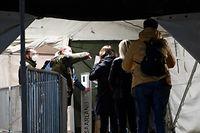 HANDOUT - 08.04.2021, Saarland, Lebach: Im Impfzentrum der Bundeswehr in Lebach, das rund um die Uhr in Betrieb ist, sind Saarländer zu Nachtterminen erschienen (zu dpa «Nachttermine im Impfzentrum Lebach werden gut wahrgenommen») Foto: Sascha Jung/Bundeswehr/dpa - ACHTUNG: Nur zur redaktionellen Verwendung im Zusammenhang mit der aktuellen Berichterstattung und nur mit vollständiger Nennung des vorstehenden Credits +++ dpa-Bildfunk +++