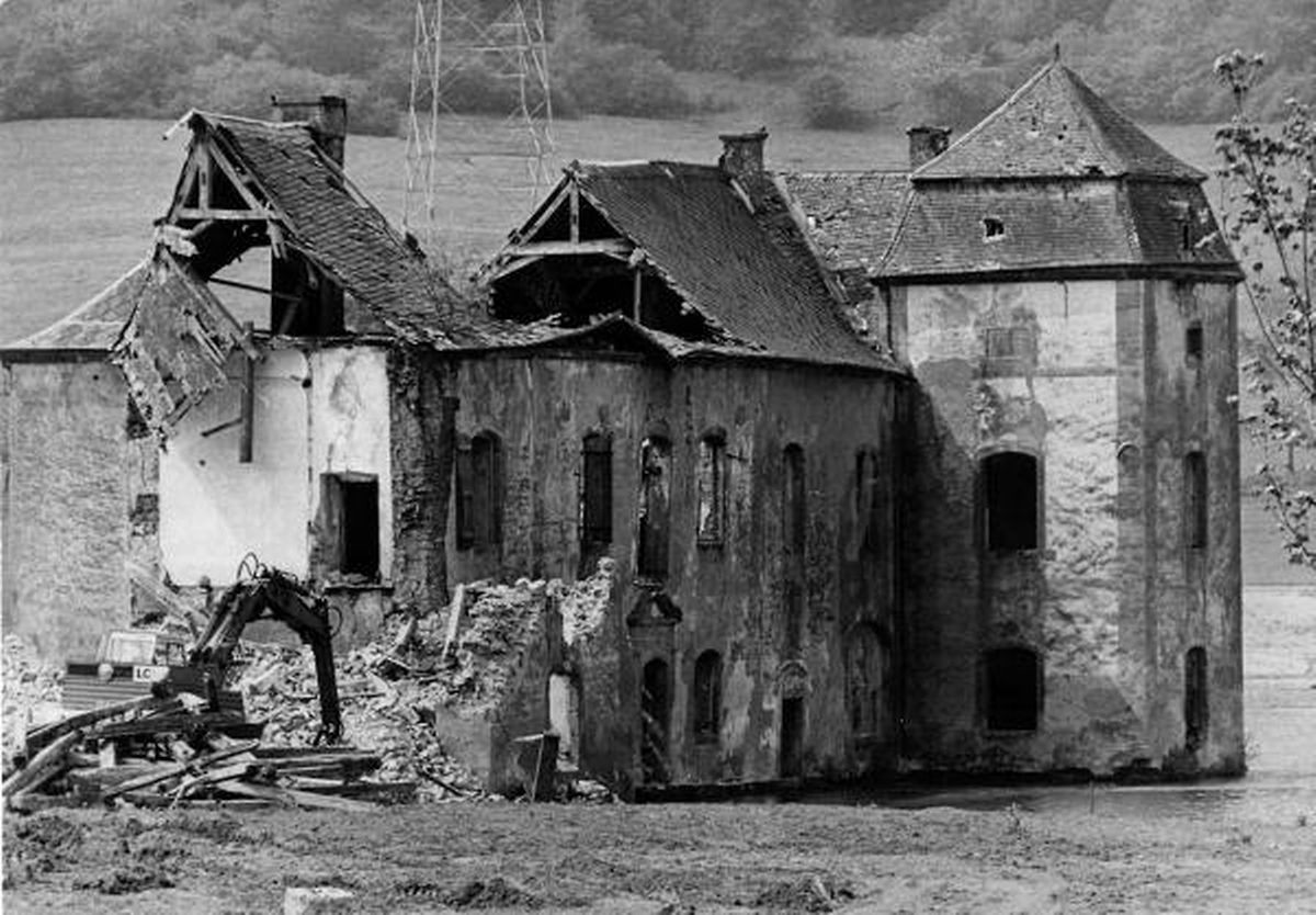 Ein Eckturm und ein Teil der Mittelachse sind bereits abgerissen.