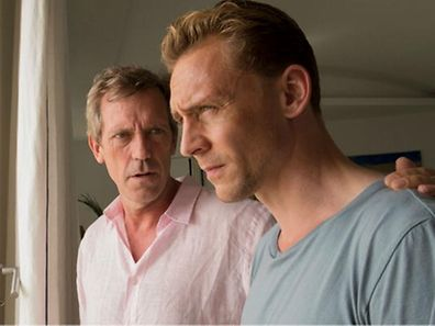 """In den Fängen des Teufels: Richard """"Dickie"""" Roper (Hugh Laurie) nimmt Jonathan Pine (Tom Hiddleston) in seine Organisation auf."""