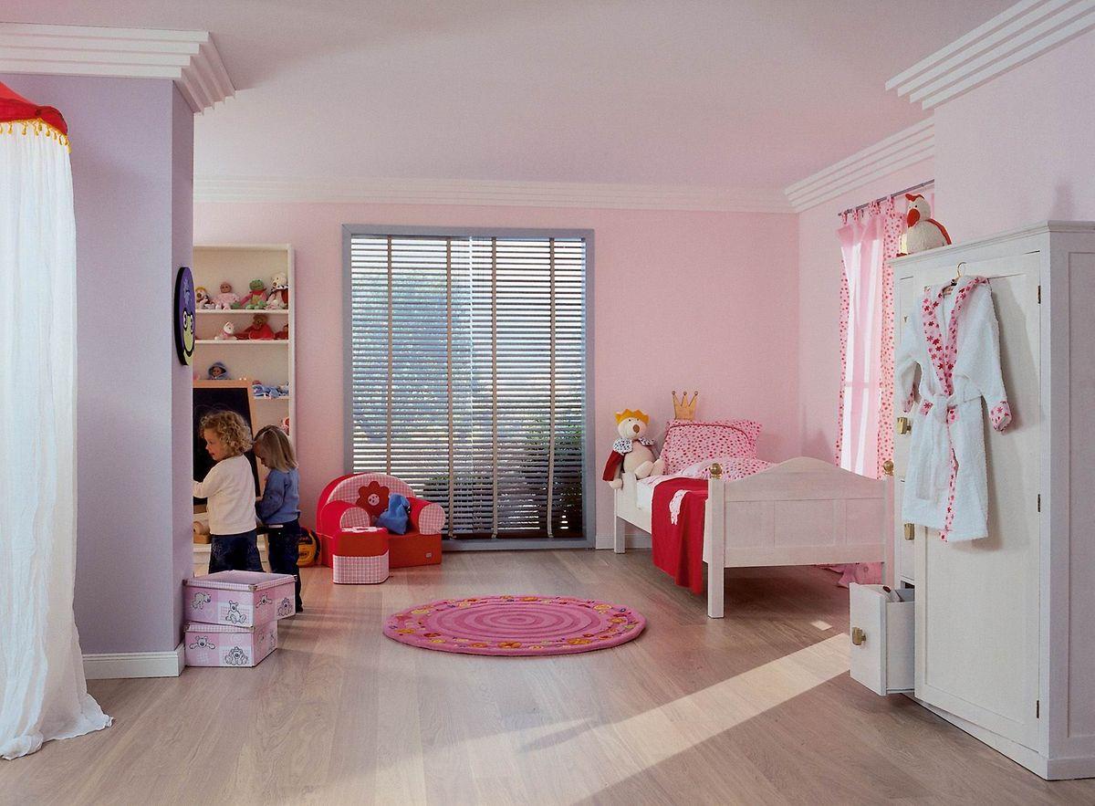 Mit den richtigen Materialien für Möbel und Böden können Eltern dafür sorgen, dass alles möglichst lange dem Spielen und Toben standhält.