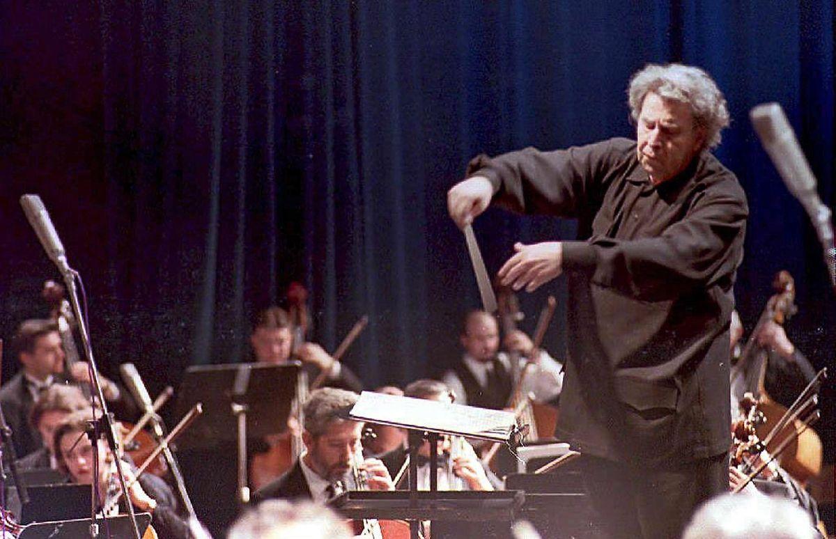 """Theodorakis dirigiert das Mazedonische Philharmonische Orchester und das Orchester der Mazedonischen Oper während einer Aufführung von """"Zorba the Greek""""."""