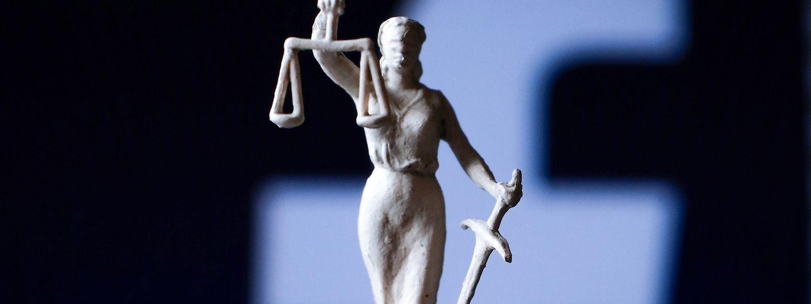 Zwei Angeklagte müssen sich wegen rassistischer Kommentare im Internet vor Gericht verantworten.