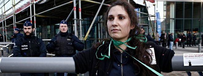 Action de protestation contre la subvention de l'UE du commerce de l'armement devant le siège de la Commission européenne.