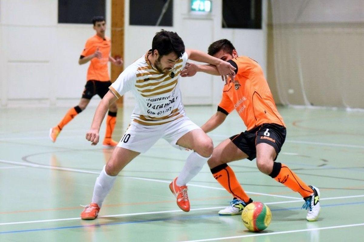 Steve Mendes (Amicale Clervaux, en orange), tente de chiper le ballon à Rui Oliveira (Colmar-Berg)