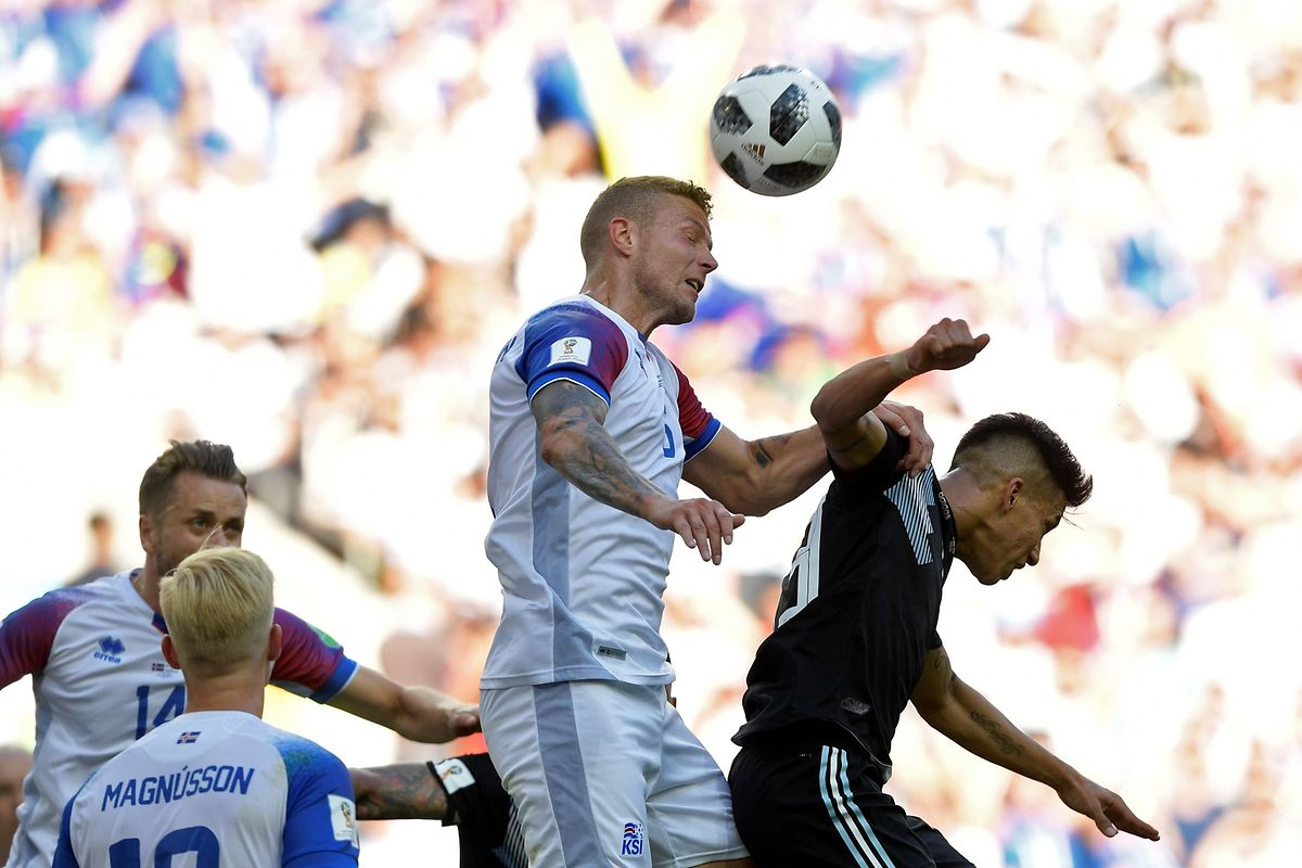 Iceland's defender Ragnar Sigurdsson (L) vies with Argentina's midfielder Maximiliano Meza during the Russia 2018 World Cup Group D football match between Argentina and Iceland at the Spartak Stadium in Moscow on June 16, 2018. / AFP PHOTO / Juan Mabromata / RESTRICTED TO EDITORIAL USE - NO MOBILE PUSH ALERTS/DOWNLOADS