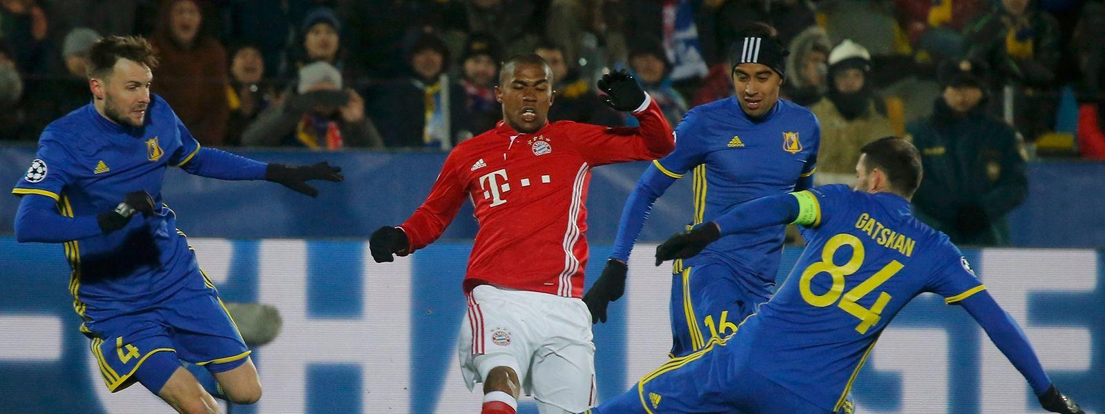 Auch Torschütze Douglas Costa (M.) konnte die Niederlage der Bayern nicht verhindern.