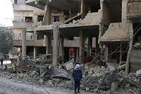 Ein Mädchen vor den Ruinen eines Krankenhauses nahe Damaskus, das bei einem Luftwaffenangriff durch das syrische Regime zerstört wurde.