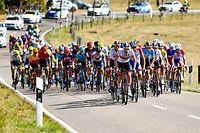 Das Fahrerfeld zwischen Dalheim und Hassel - Skoda Tour de Luxembourg 2020 - 3.Etappe Rosport/Schifflange 164,3 Km - Foto: Serge Waldbillig