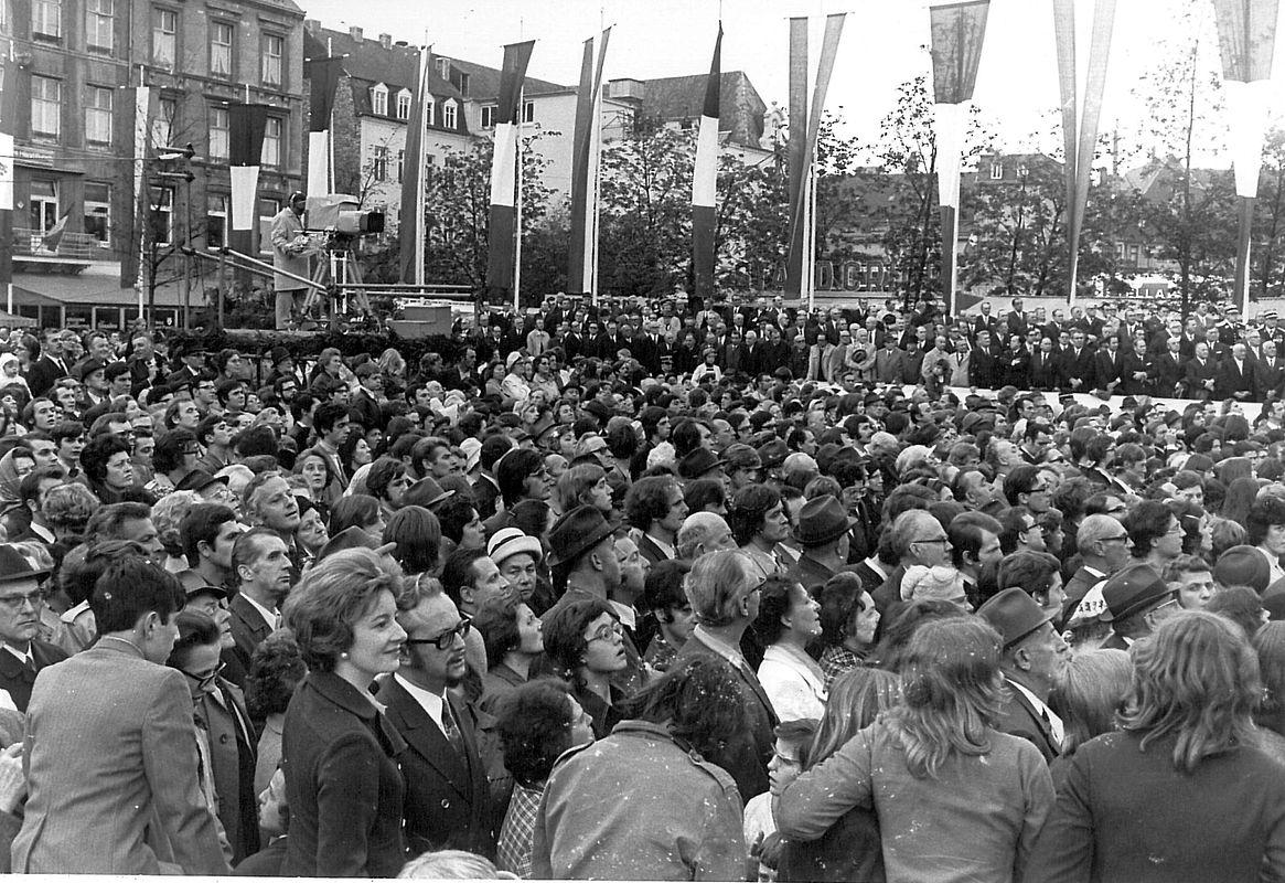 Auf dem Knuedler wandte sich der Präsident in einer Rede an das luxemburgische Volk. Viele Bürger kamen.