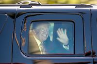 03.03.2018, USA, West Palm Beach: Donald Trump, Präsident der USA, winkt aus dem Auto, als er Florida verlässt. Foto: Allen Eyestone/Palm Beach Post via ZUMA Wire/dpa +++ dpa-Bildfunk +++