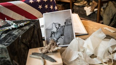 Foto Erny Kohn (Cercle d'Etudes sur la Bataille des Ardennes - CEBA) (bei der Plak bei der Kapell + Plaz vum Fliigeraccident 1944).Alex Elcheroth.Foto:Gerry Huberty