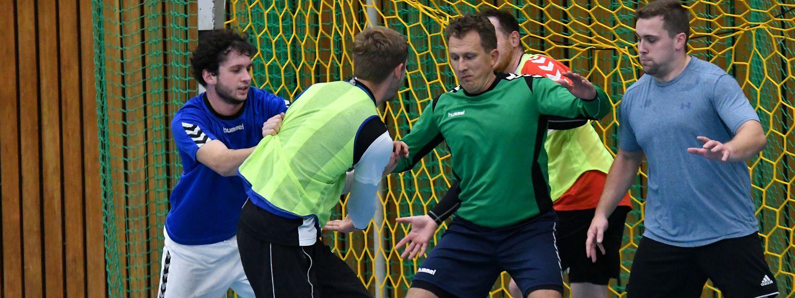 Alex Kuhfeldt (Mitte) mischt im Training aktiv mit.