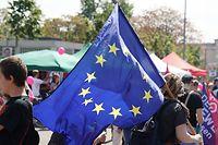 19.05.2019, Sachsen, Leipzig: Ein Teilnehmer steht mit einer Europafahne bei der Demonstration für Europa. Die bundesweiten Demos sollen vor der Europawahl am 26. Mai ein Zeichen gegen den internationalen Rechtsruck und für ein Europa der Menschenrechte, Demokratie, sozialen Gerechtigkeit und des Klimaschutzes setzen. Foto: Peter Endig/dpa-Zentralbild/dpa +++ dpa-Bildfunk +++