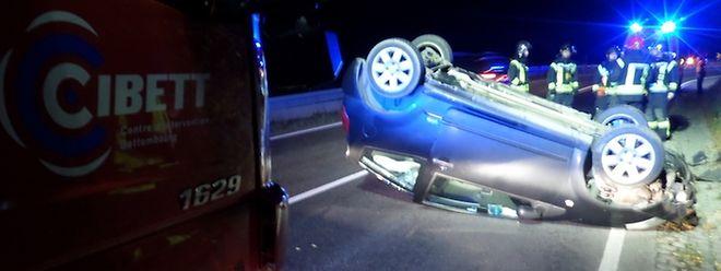 Das Unfallfahrzeug blieb auf dem Dach liegen.