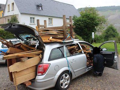 Le jeune homme avait chargé un paquet de meubles sur le toit et dans l'habitacle de sa voiture.