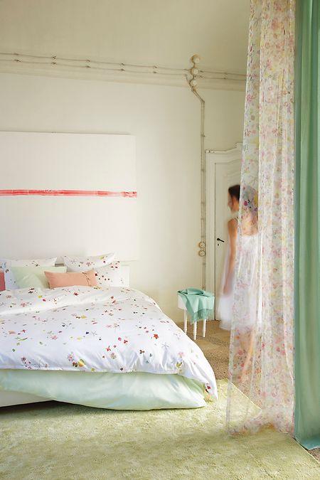 Im Schlafzimmer ist nicht nur ein gutes Bett wichtig, sondern auch dessen passende Ausrichtung.