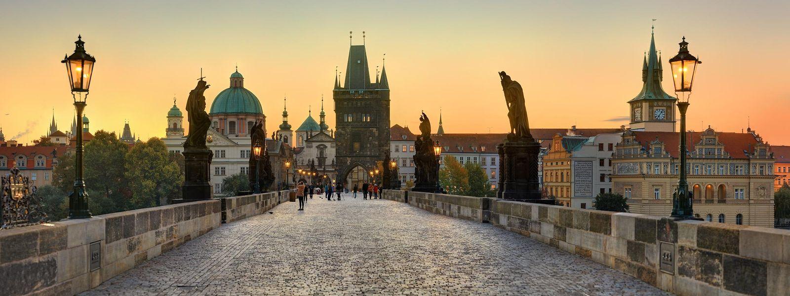 Die tschechische Hauptstadt Prag birgt unzählige weltberühmte Wahrzeichen, wie etwa die Karlsbrücke mit barocken Statuen und mittelalterlichen Türmen.