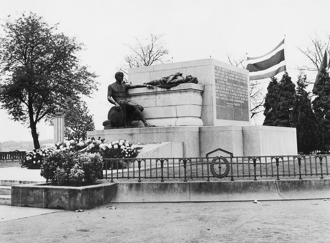 Entre 1946 et 1957 l'imposantz socle a été reconstruit en son endroit initial. Les deux statues de bronze, sauvées en 1940, retrouvent leurs places.