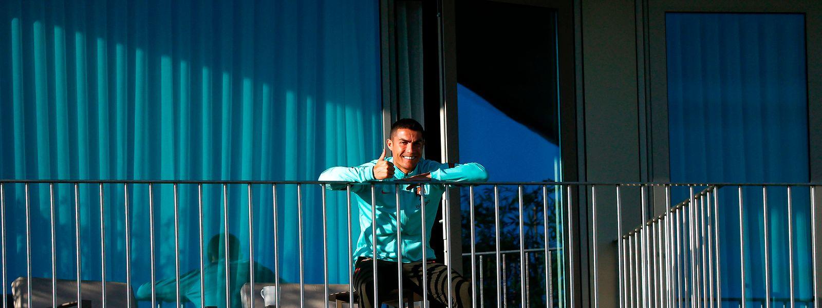 Cristiano Ronaldo à varanda na Cidade do Futebol, em Oeiras, onde se encontra em isolamento.