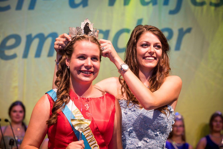 Feierlicher Augenblick: die Weinkönigin 2018, Sophie Schons, setzt am Freitagabend ihrer Nachfolgerin Jessica Bastian die Krone auf.