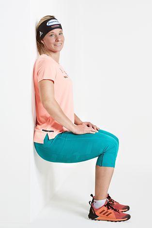 Den Wandsitz kennen viele vermutlich noch aus dem Schulsport. Und noch immer gilt:Er hilft, den Oberschenkel zu stärken. 45 Sekunden sollte der Sitz mindestens gehalten werden.