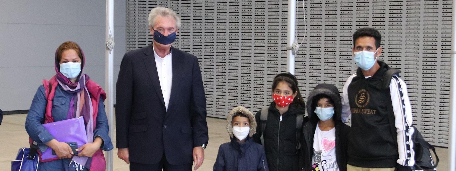 Jean Asselborn begrüßte die afghanische Familie am Flughafen Luxemburg.