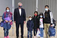 Jean Asselborn, ministre de l'Immigration et de l'Asile, entouré par les parents ainsi que leurs trois enfants