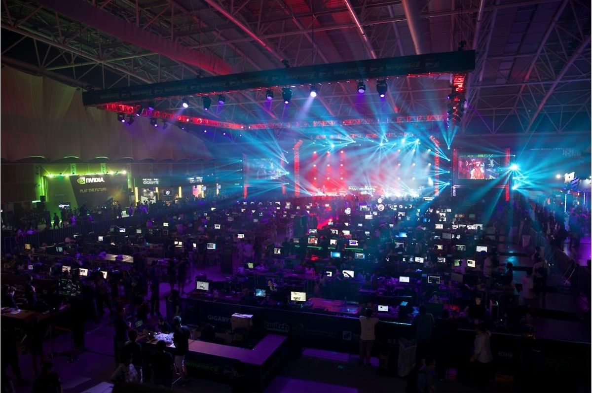 """Bei einer LAN-Party werden Computer über ein lokales Netzwerk verbunden. LAN steht dabei für """"Local Area Network""""."""
