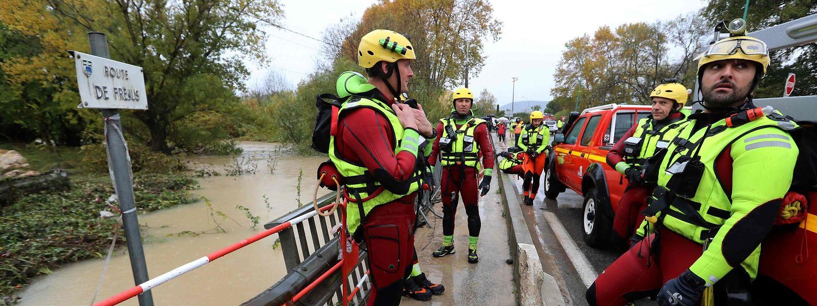 Rettungskräfte der französischen Protection Civile sind fast rund um die Uhr im Einsatz, wie hier im südfranzösischen Ort Le Muy (Var).