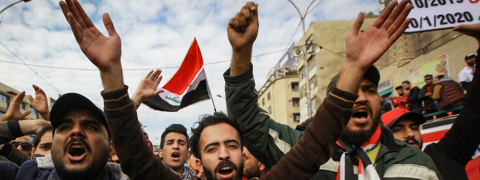 In Baghdad rufen Regierungsfeindliche Demonstranten während einer Demonstration auf dem Tahrir-Platz Slogans gegen die Verletzung der irakischen Souveränität durch die USA und den Iran.