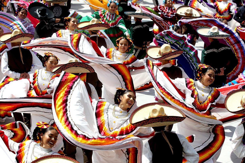 Guadalajara (Mexiko). 882 Tänzer haben mit dem Mariachi einen Weltrekord aufgestellt. Die Paare übertrafen den alten Rekord in Sachen größte mexikanische Volkstanzgruppe fast um das Doppelte.