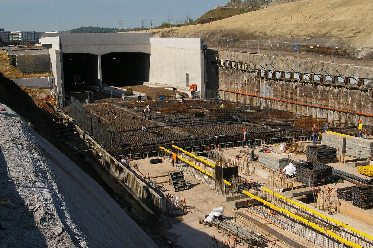 """Nur noch wenige Meter der Fahrbahn im Tunnel der """"Liaison Micheville"""" in Belval müssen asphaltiert werden, dann sind die Infrastrukturarbeiten am Tunnel abgeschlossen."""