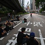Hong Kong palco de novo protesto contra lei da extradição, jovens bloqueiam ruas