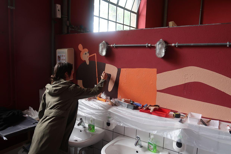 Lynn Cosynn beim Gestalten ihres Kunstwerkes in den sanitären Anlagen der Kulturfabrik Esch / Foto: Luc EWEN