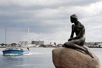Zum Themendienst-Bericht von Oliver Kauer-Berk vom 8. November 2016: Die Meerjungfrau ist das Wahrzeichen im Hafen von Kopenhagen - und ein beliebter Ort für ein Selfie.  (Archivbild vom 25.08.2014/Die Veröffentlichung ist für dpa-Themendienst-Bezieher honorarfrei.) Foto: Andrea Warnecke