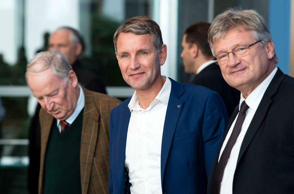 Jörg Meuthen (r) und Alexander Gauland (l), die Parteivorsitzenden der AfD, geben zusammen mit Björn Höcke, AfD-Fraktionschef in Thüringen, eine Pressekonferenz über den Ausgang der Landtagswahl in Thüringen in der Bundespressekonferenz.