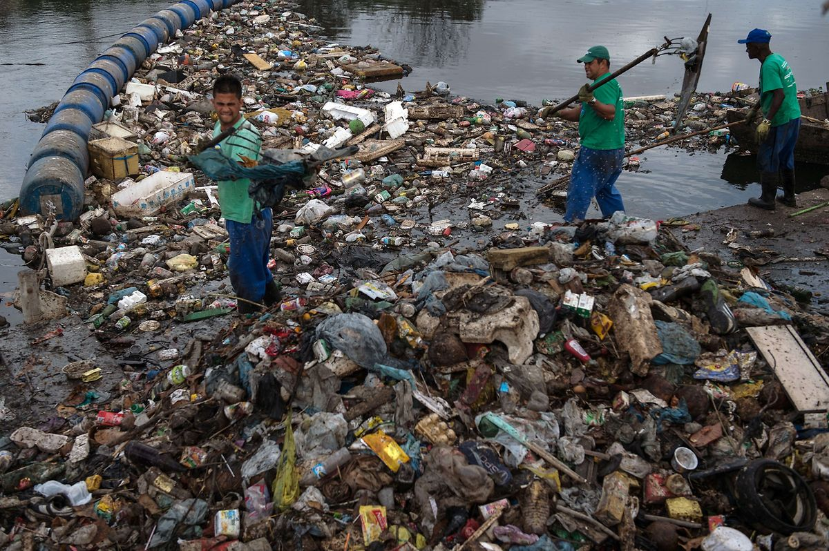 Beseitigung von Treibmüll auf dem Penha-Kanal. Das Wasser fließt direkt in die Bucht von Guanabara, in der olympische Wettkämpfe stattfinden werden.