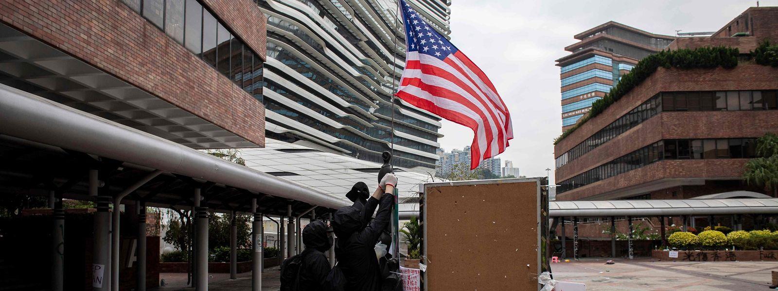 Demonstranten auf dem Campus der Hongkong Polytechnic University hissen eine US-Flagge.