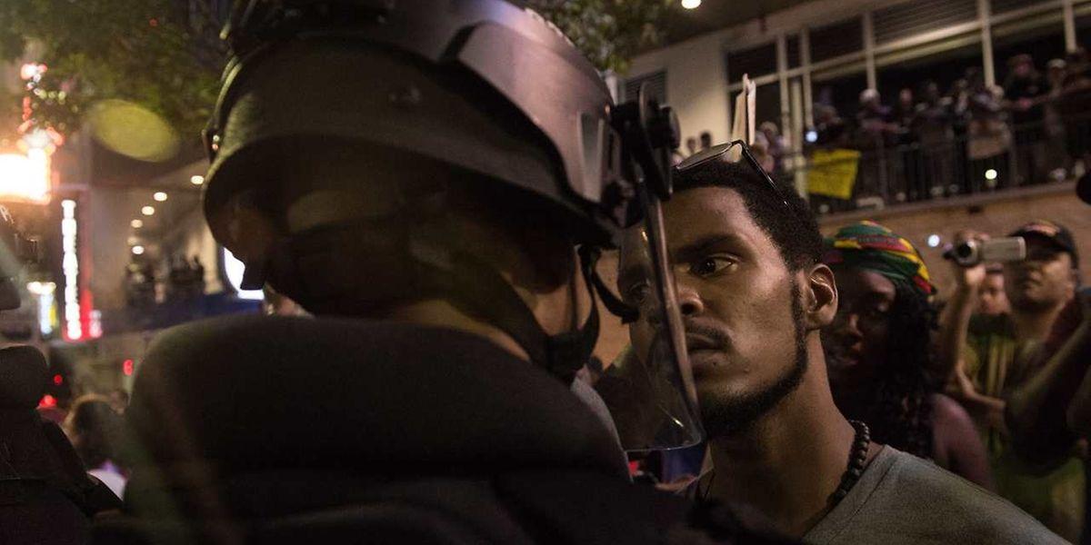 Mit zunehmender Brutalität stehen sich in Charlotte, North Carolina, Demonstranten und Sicherheitskräfte gegenüber.