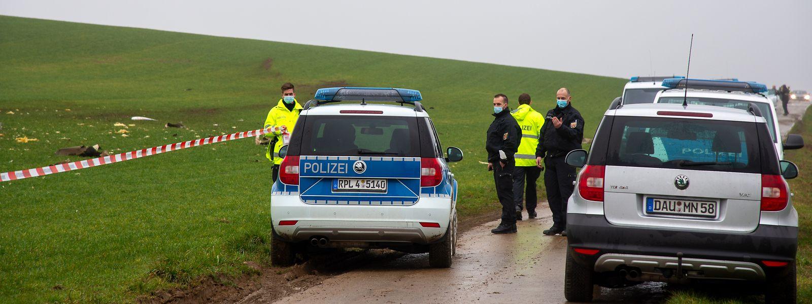 Polizisten stehen an der Unfallstelle nach dem Absturz eines Kleinflugzeugs. Beim Absturz eines einmotorigen Flugzeugs in Rheinland-Pfalz ist der Pilot ums Leben gekommen.