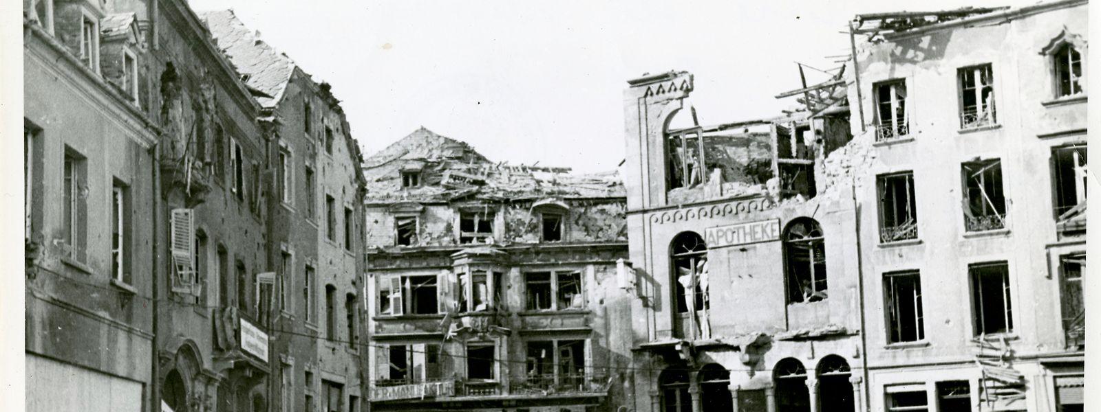 Als die Echternacher am 6. Oktober 1944 ihre Stadt verlassen mussten, hatten die Häuser bereits schwere Schäden erlitten, so z.B. die Apotheke Pensch.