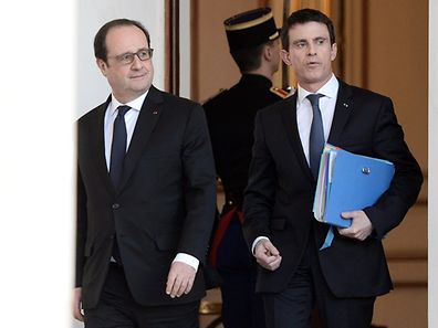 French President Francois Hollande (L) and Prime Minister Manuel Valls walk through the entrance hall of the Elysee palace following the weekly cabinet meeting on February 10, 2016. AFP PHOTO  / STEPHANE DE SAKUTIN