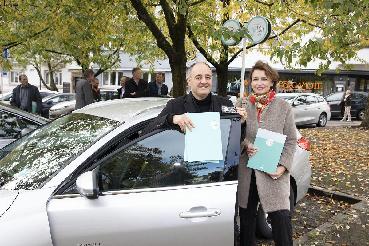 Mobilitätsschöffe Patrick Goldschmidt (DP) und Rätin Claudine Konsbrück (CSV) testeten die neuen Fahrzeuge, die statt Diesel- nun Benzinmotoren haben, am Mittwoch bei der Einweihung.