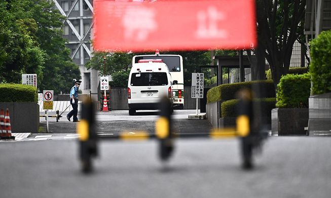 A bus believed to be carrying Michael Taylor and Peter Taylor, arriving at the Tokyo district court in Tokyo on June 14