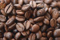 ARCHIV - 26.04.2012, Hamburg: Kaffeebohnen liegen auf einem Tisch. (Zu dpa «Deutsche Verbraucher kaufen Kaffee zunehmend im Angebot») Foto: Marcus Brandt/dpa +++ dpa-Bildfunk +++