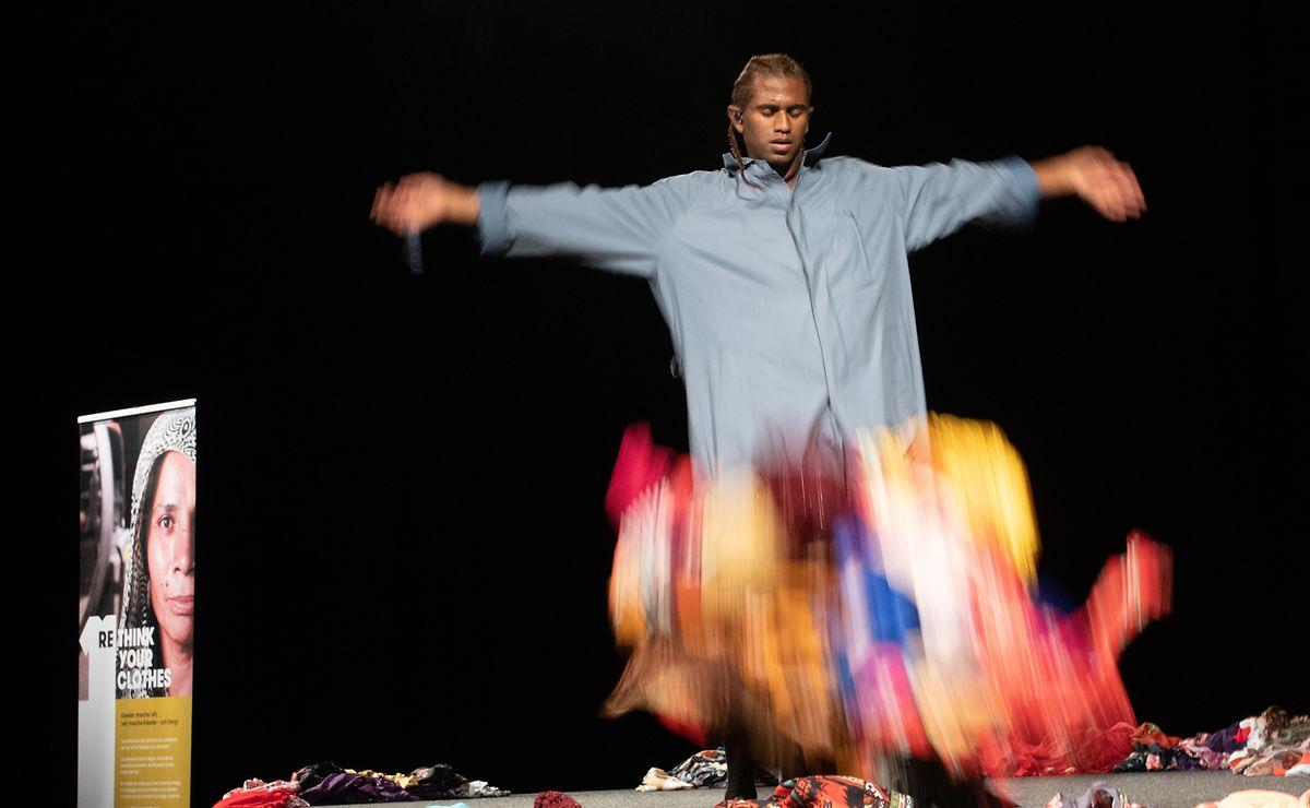 Mit einem Tanz machte der Künstler Edsun am Donnerstag von der Pressekonferenz auf den Überkonsum von Kleidung aufmerksam.