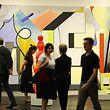 18.04.2018: Nordrhein-Westfalen, Köln: Besucher der Kunstmesse Art Cologne gehen auf dem Stand der Galerie Sprüth Magers (D/GB/USA). Die Art Cologne findet vom 19. bis 22.04.2018 in Köln statt. Foto: Oliver Berg/dpa +++ dpa-Bildfunk +++
