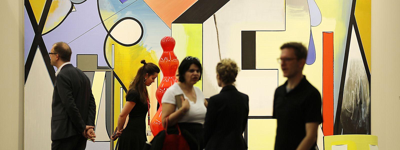 Besucher der Kunstmesse Art Cologne gehen am Stand der Galerie Sprüth Magers (D/GB/USA) vorbei.